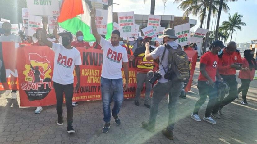 Arbeiter protestieren gegen das Anlegen eines israelischen Schiffes