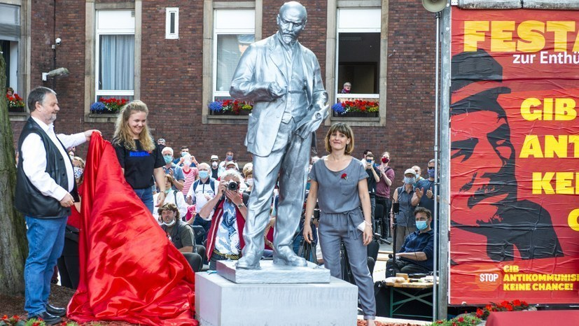 Marx kommt neben Lenin-Statue – Bundesweites Presseecho