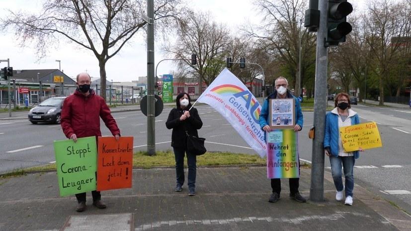 """Mit weit weniger Teilnehmern demonstriert die """"Querdenker""""-Bewegung trotz Verboten weitgehend ungehindert"""