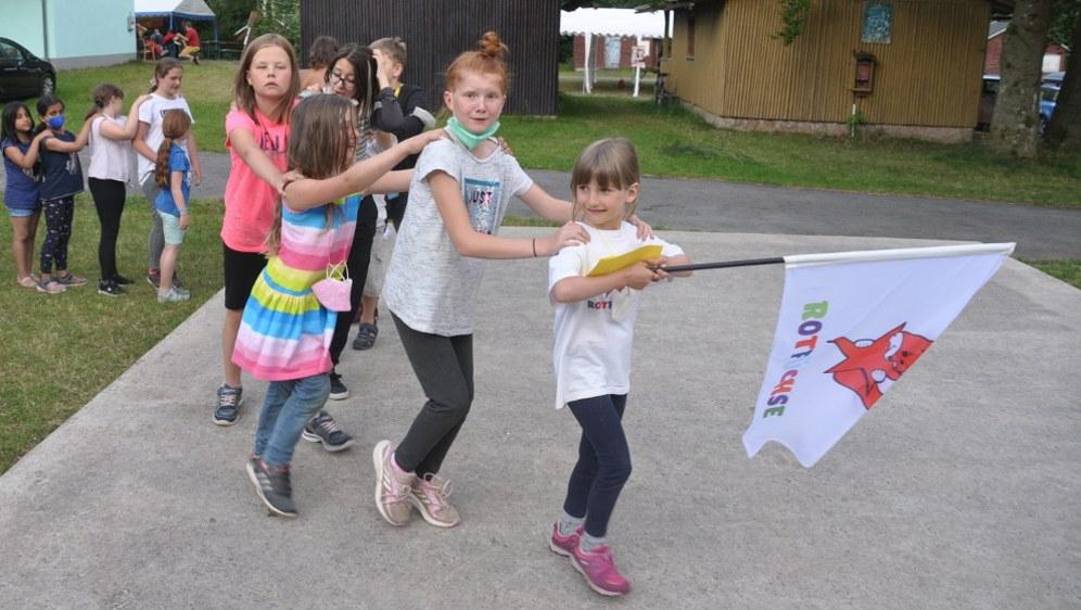 Corona-gerechter Umzug beim Abschlussfest des Kindercamps - Kindergruppe für Kindergruppe - alle Kinder sind selbstverständlich getestet (Foto: REBELL)