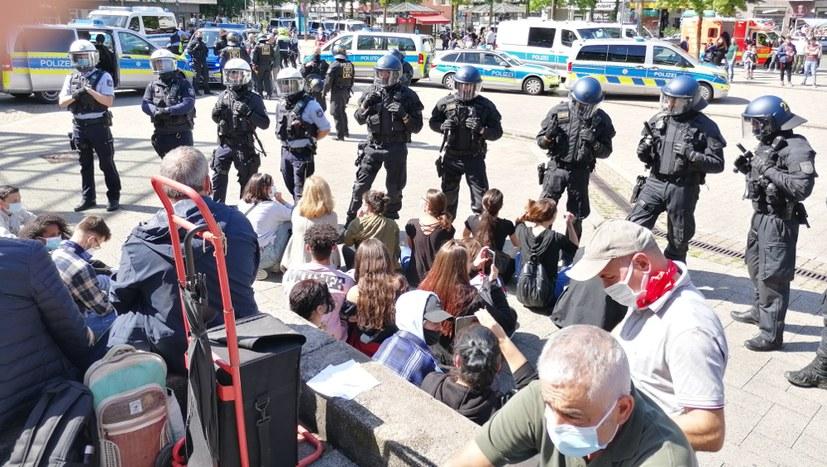 Polizei attackiert Engels-Demonstration für den Sozialismus