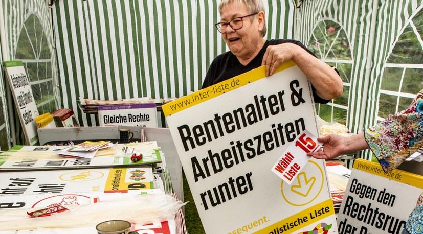 Interessante Gespräche beim Plakatieren für die Internationalistische Liste / MLPD