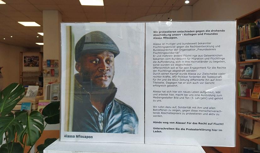 Im Laden von People to People wird zur Solidarität mit Alassa Mfouapon aufgerufen