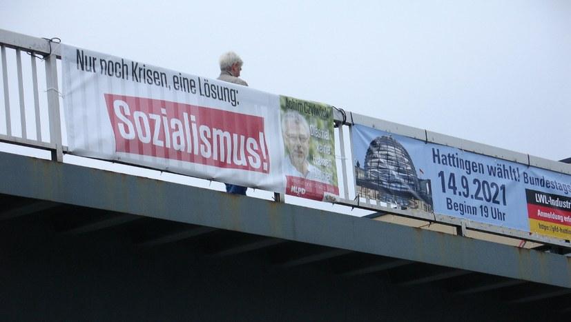 Achim Czylwick grüßt von der Fußgängerbrücke