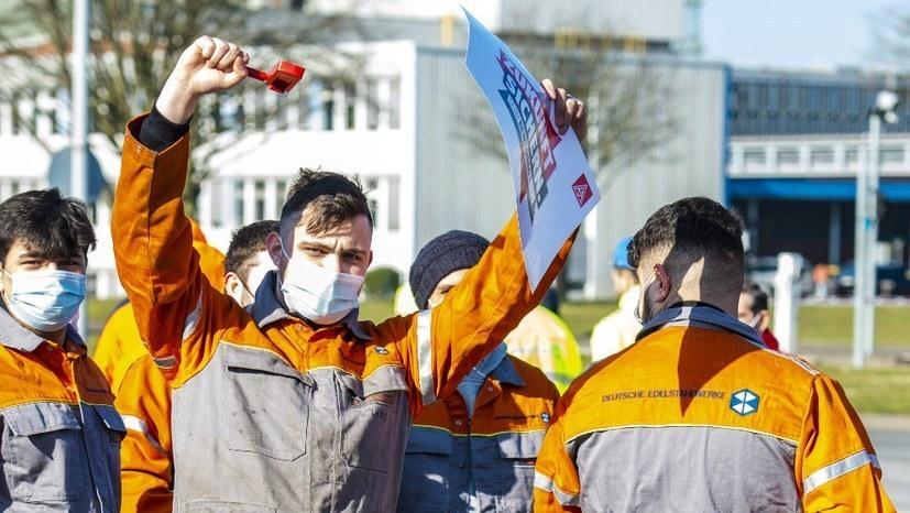 Stahlarbeiter mit kämpferischen Forderungen zum IG-Metall-Aktionstag