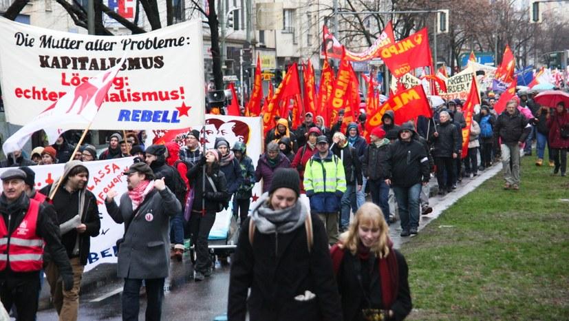Internationalistischer Block mit Fahnenmeer