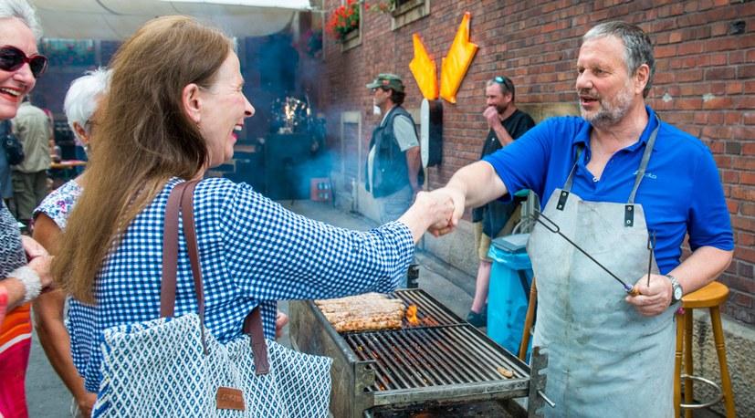 09 Sommerfest hier grillt der (Ex-)Chef Hg 4555.jpg