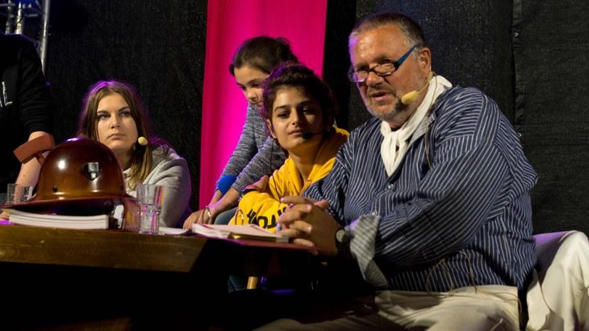 Stefan Engel und die Jugendlichen mit ihren Fragen